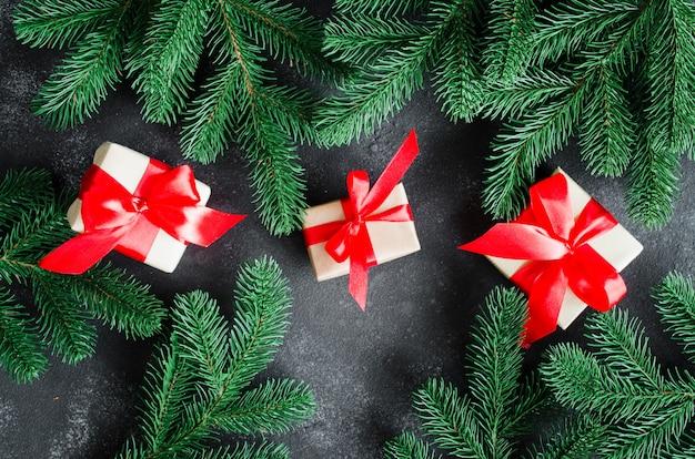 Weihnachtshintergrund mit tannenbaum und weihnachtsgeschenkboxen.