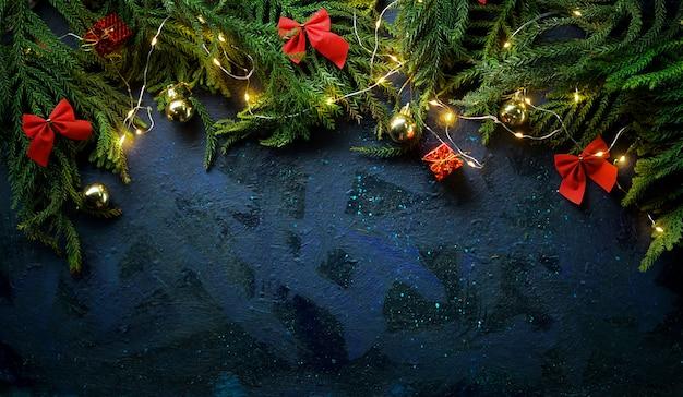 Weihnachtshintergrund mit tannenzweig, weihnachtslicht und dekoration