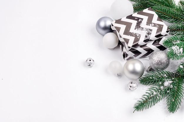 Weihnachtshintergrund mit tannenzweigen, geschenke, weihnachtsspielwaren