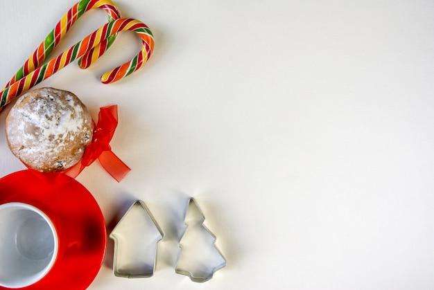 Weihnachtshintergrund mit traditionellen süßigkeiten und heißen schokoladenbechern flach lag draufsicht