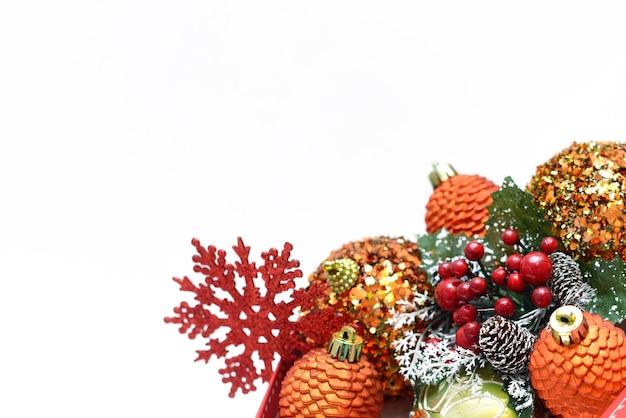 Weihnachtshintergrund mit weihnachtsbaumspielzeug