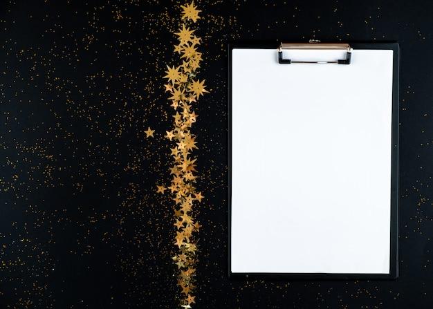 Weihnachtshintergrund mit weißem blatt schreibpapier.