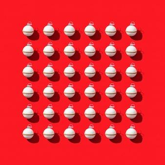 Weihnachtshintergrund mit weißen kugeln auf rotem papier schönes neujahrsmuster mit dunklen schatten