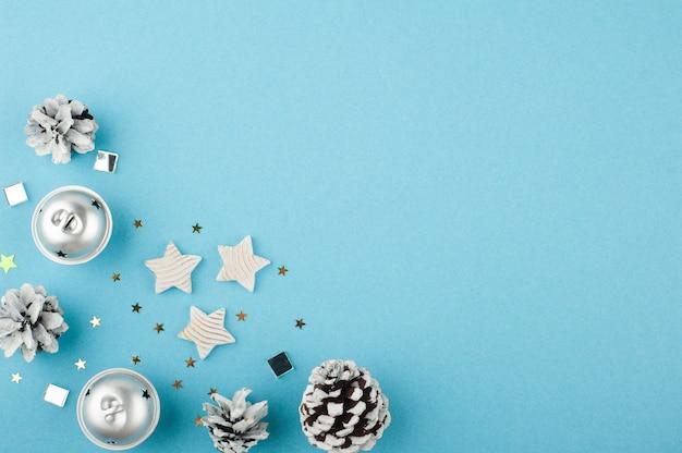 Weihnachtshintergrund mit weißen silbernen sternen