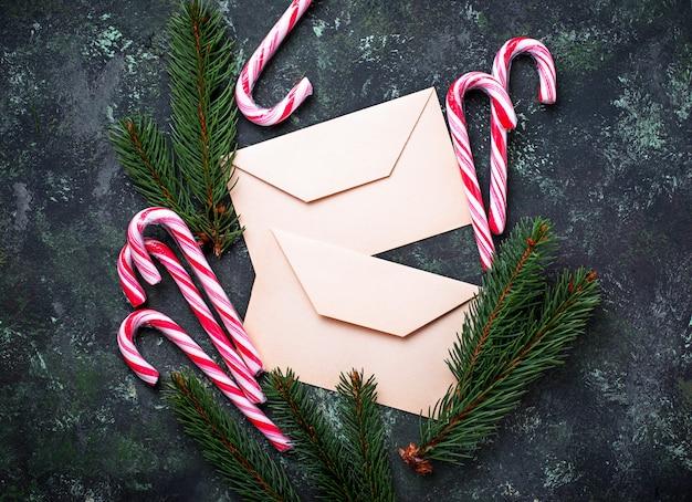 Weihnachtshintergrund mit zuckerstange und -brief