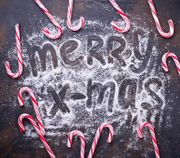 Weihnachtshintergrund mit zuckerstange