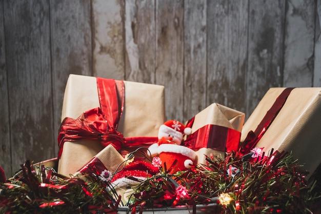 Weihnachtshintergrund mit zwei geschenkboxen