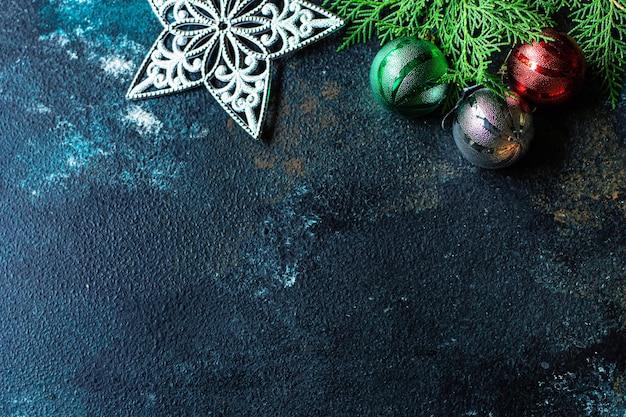 Weihnachtshintergrund neujahrsspielzeug fichte und goldene lametta lichter