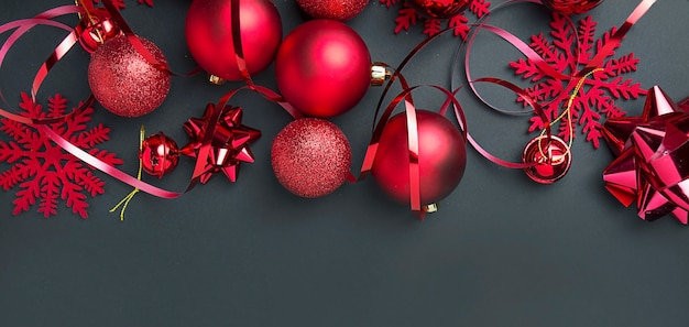 Weihnachtshintergrund. rahmen mit weihnachtlichen roten kugeln. neujahrskarte. speicherplatz kopieren.