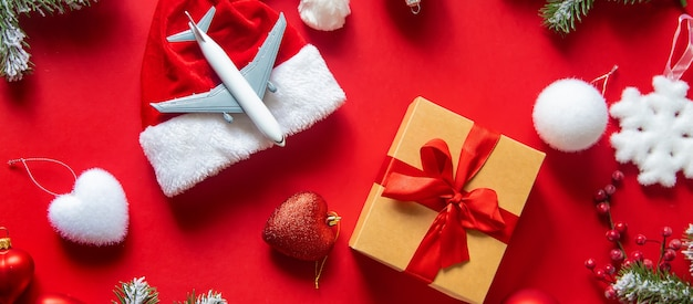 Weihnachtshintergrund rot mit flugzeug. selektiver fokus. urlaub.