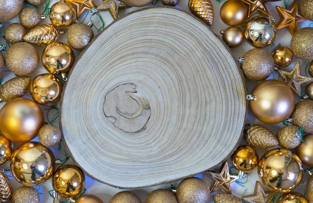 Weihnachtshintergrund und feiertagsdekorationen mit holzscheit