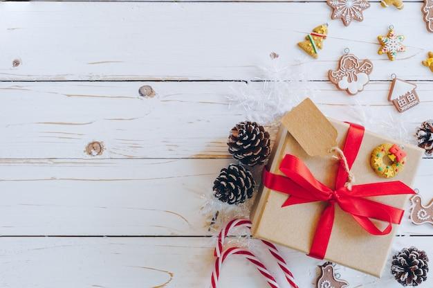 Weihnachtshintergrund- und weihnachtsdekoration stellt konzept, draufsicht mit kopienraum dar.