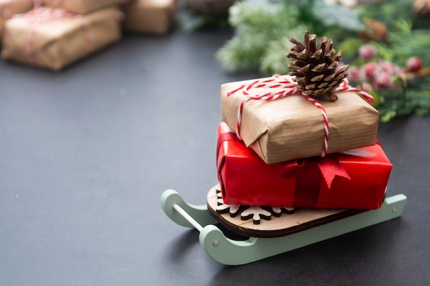 Weihnachtshintergrund, verspotten oben mit geschenkboxen auf pferdeschlitten.