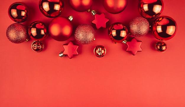 Weihnachtshintergrund von den roten kugeln des neuen jahres auf einem roten hintergrund. weihnachtshintergrund. speicherplatz kopieren.