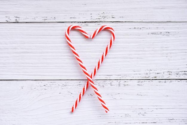 Weihnachtshintergrund-weihnachtsdekoration mit zuckerstange
