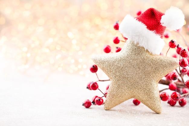 Weihnachtshintergrund. weihnachtsstern und weihnachtsmütze. grußkarte. Premium Fotos