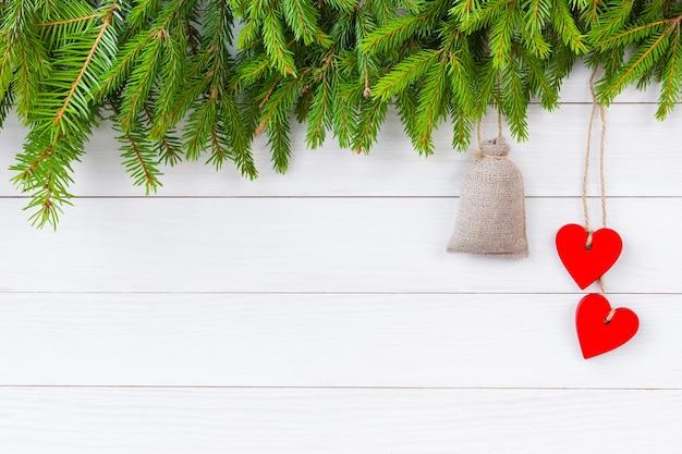Weihnachtshintergrund. weihnachtstannenbaum mit dekoration auf weißem holzbretthintergrund mit kopienraum