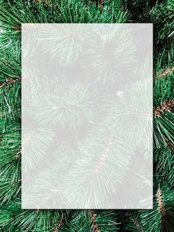 Weihnachtshintergrunddesign des leeren weißen transparenten brettes auf weihnachtsbaum