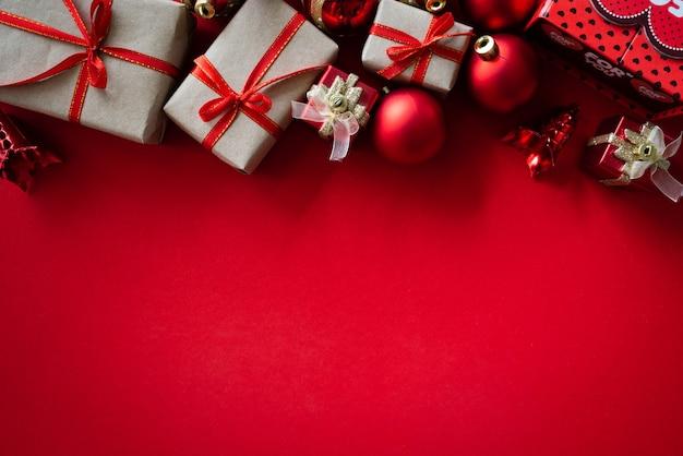 Weihnachtshintergrundkonzept auf rotem hintergrund.