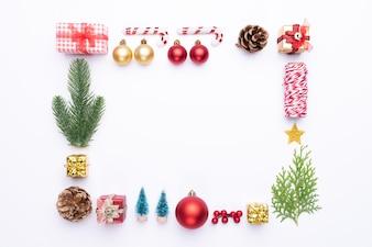 Weihnachtshintergrundkonzept und -dekoration auf weißem Hintergrund.
