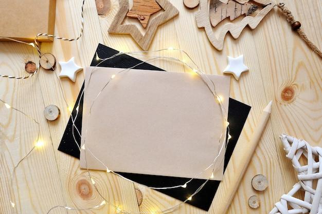 Weihnachtshintergrundkraftpapierblatt papier mit platz für ihren text