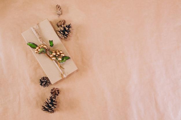 Weihnachtshintergrundplan auf kraftpapierhintergrund