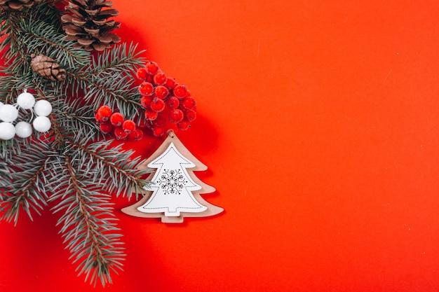 Weihnachtshintergrundplan auf rotem hintergrund
