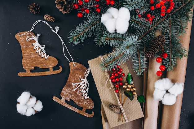 Weihnachtshintergrundplan auf schwarzem hintergrund