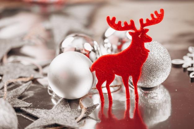 Weihnachtshintergrundplan auf silbernem hintergrund
