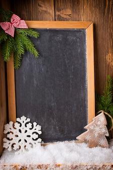 Weihnachtshintergrundtafel mit festlichem dekor.