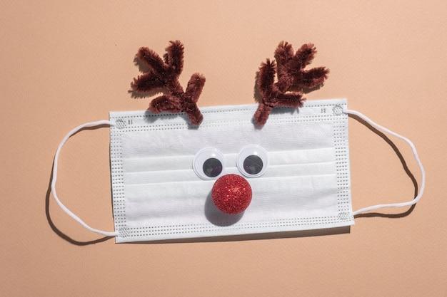 Weihnachtshirsch auf einer medizinischen maske.