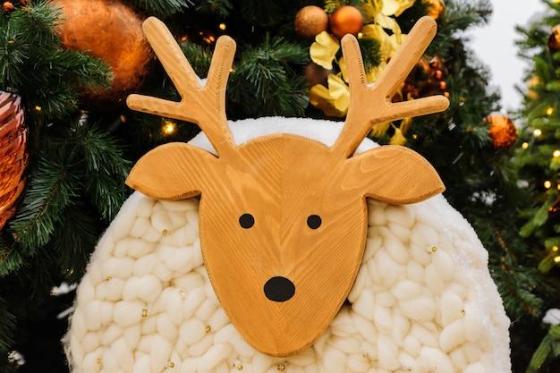Weihnachtshirsch aus holz und wolle