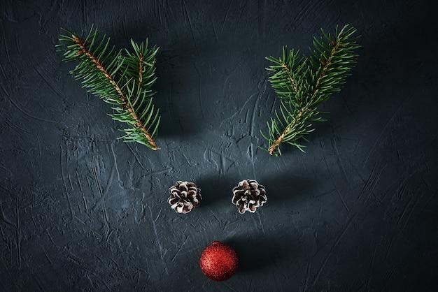 Weihnachtshirsch aus tannenzweigen
