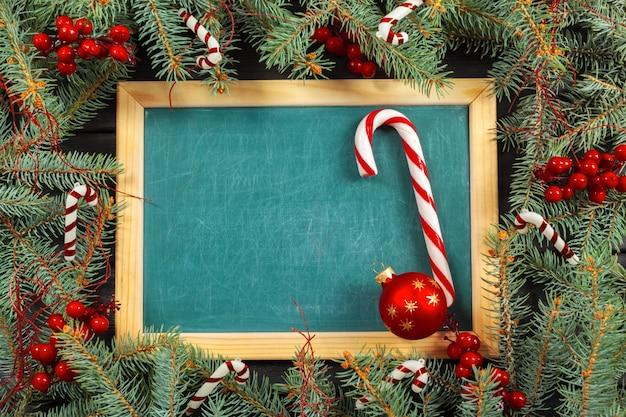 Weihnachtshölzerner hintergrund mit copyspace und weihnachtsdekoration