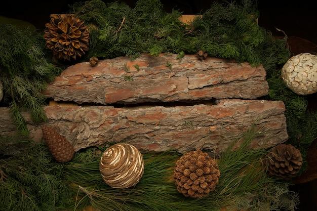 Weihnachtshölzerner hintergrund mit tannenzweigen und zapfen dekoration mit freiem platz für text
