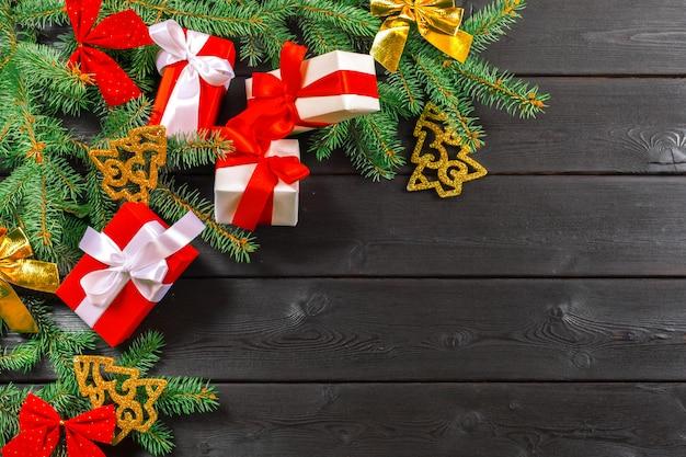 Weihnachtshölzerner hintergrund mit weihnachtsdekoration