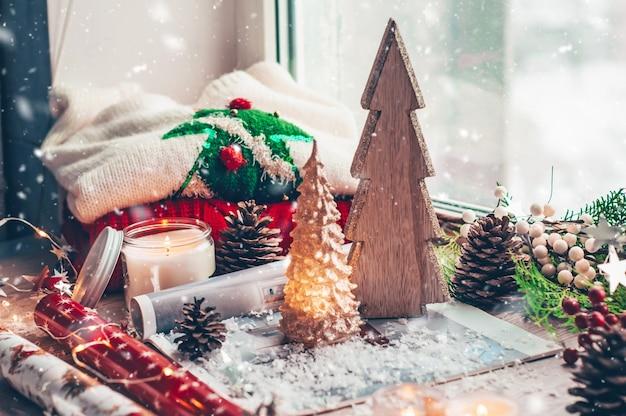 Weihnachtsholzbaum. warmer pullover, led-lichterketten, süßigkeiten.