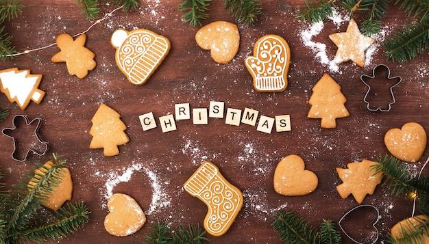 Weihnachtsholzhintergrund mit lebkuchenplätzchen