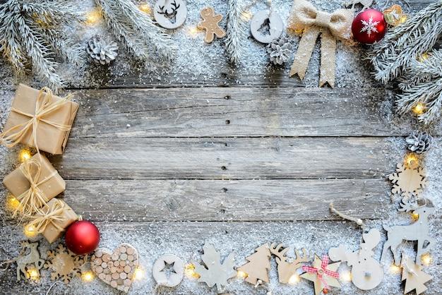 Weihnachtsholzverzierung und natürliche dekorationskarte mit kopienraum in der mitte horizontal