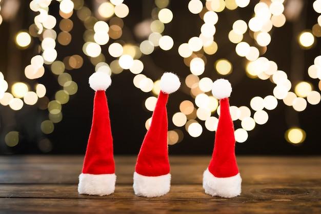 Weihnachtshüte nahe abstrakten lichtern