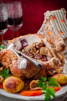 Weihnachtshuhn gefüllt mit speck, pistazien, feigen und brot
