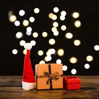 Weihnachtshut in der nähe von kleinen geschenken