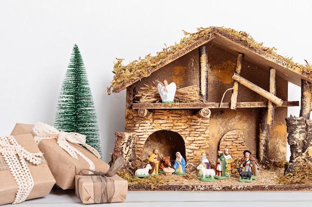 Weihnachtshygge-innenraum mit weihnachtskrippe mit heiliger familie und drei weisen