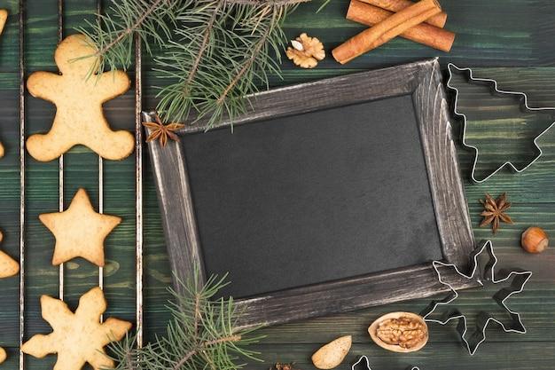 Weihnachtsingwerlebkuchen mit honig und zimt auf einem holzoberfläche raum für text