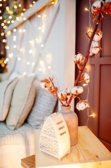 Weihnachtsinnenausstattung des schlafzimmers mit weihnachtslichtern