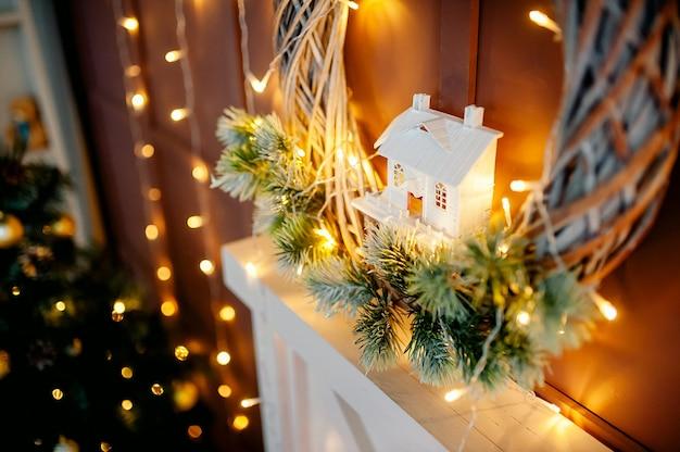 Weihnachtsinnenausstattung des wohnzimmers mit einem kranz