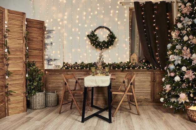 Weihnachtsinnenraum der küche. weihnachten und neujahr schmücken das innere des fotostudios
