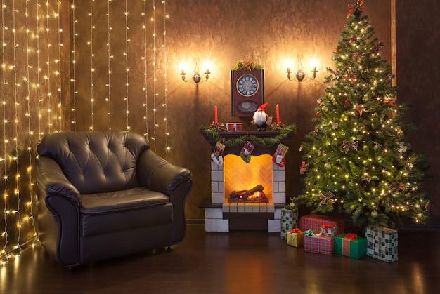 Weihnachtsinnenraum des hauses am abend.