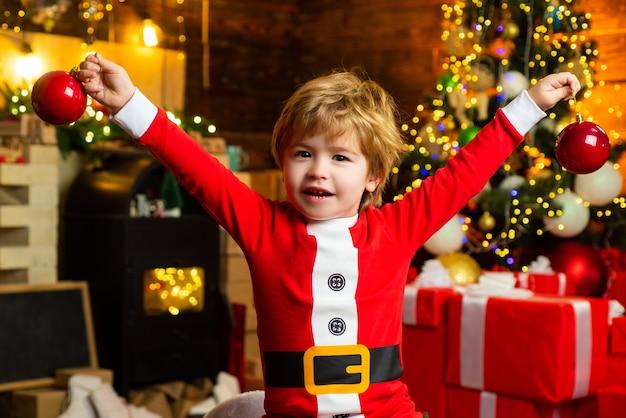 Weihnachtsinnenraum. letzte minute bis mitternacht. frohe weihnachten und ein glückliches neues jahr. geschenk. weihnachten
