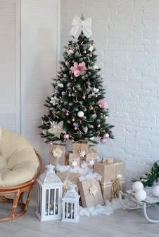 Weihnachtsinnenraum mit geschenkboxen und weihnachtsfeuern